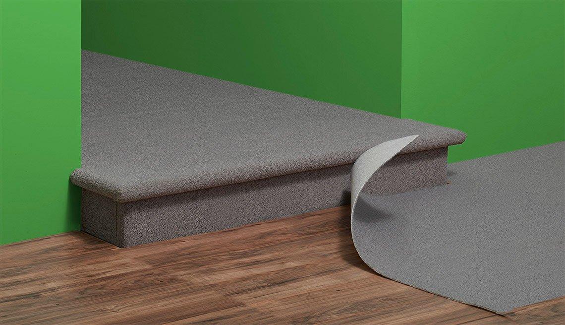 Piso con desnivel muestra una alfombra levantada