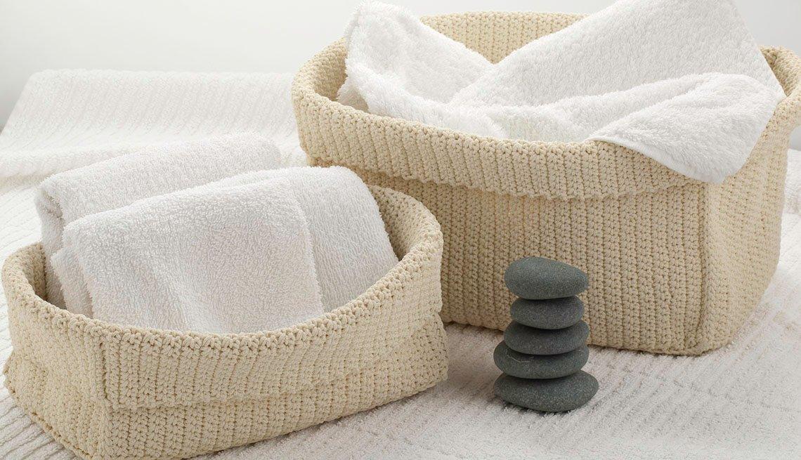 Toallas blancas dentro de dos cestas tejidas