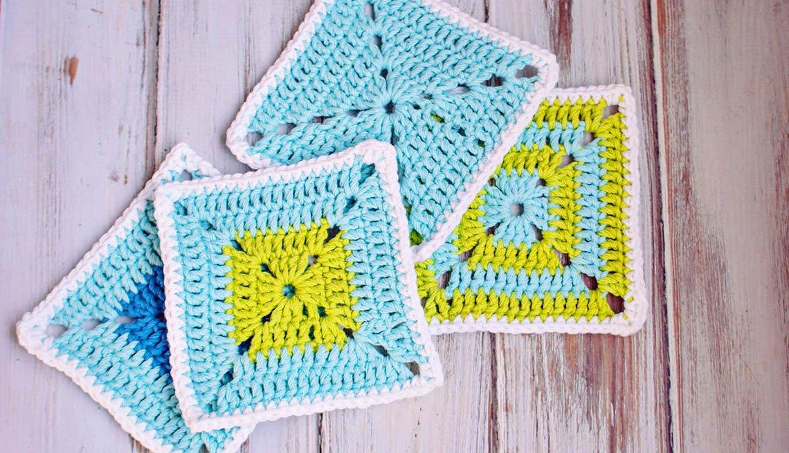 Posavasos azules y verdes tejidos a croché