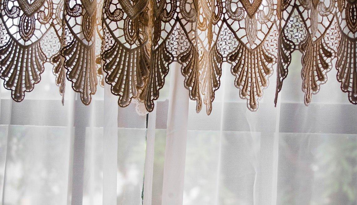 Cenefa tejida sobre una cortina trasparente