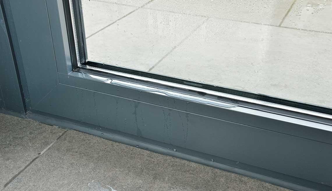 Condensación de agua en ventana durante el invierno.