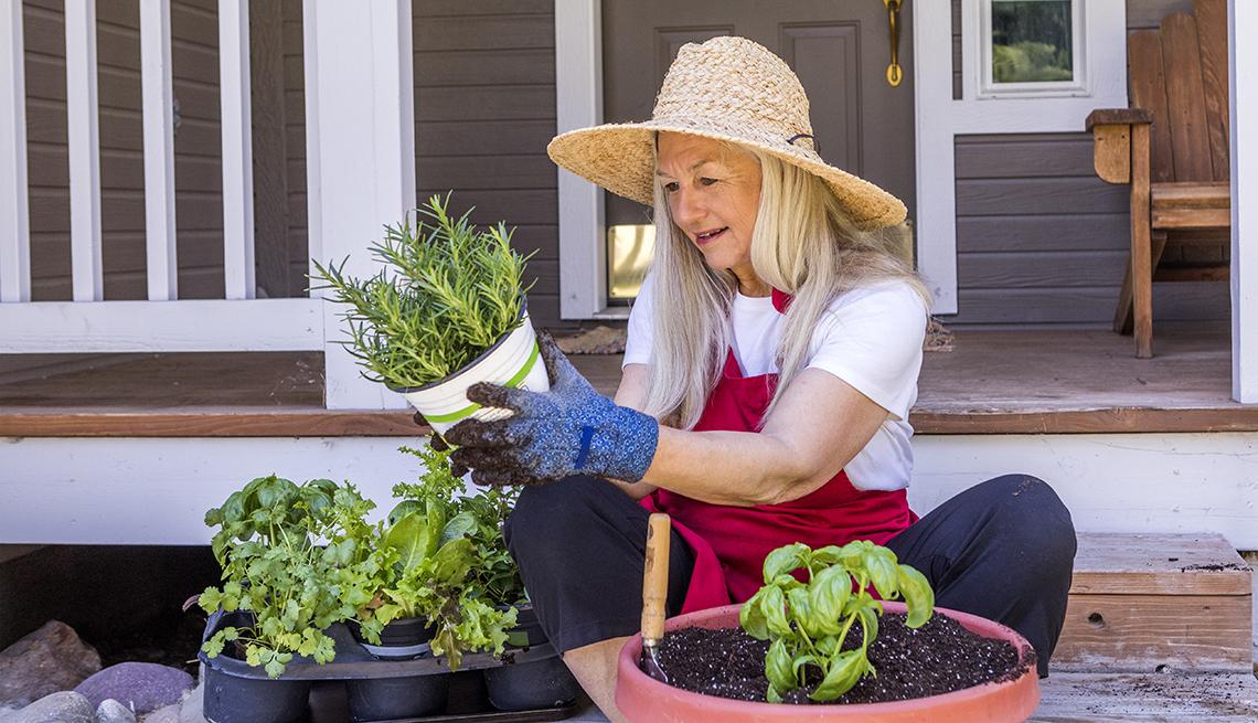Una mujer hace trabajo de jardinería en casa