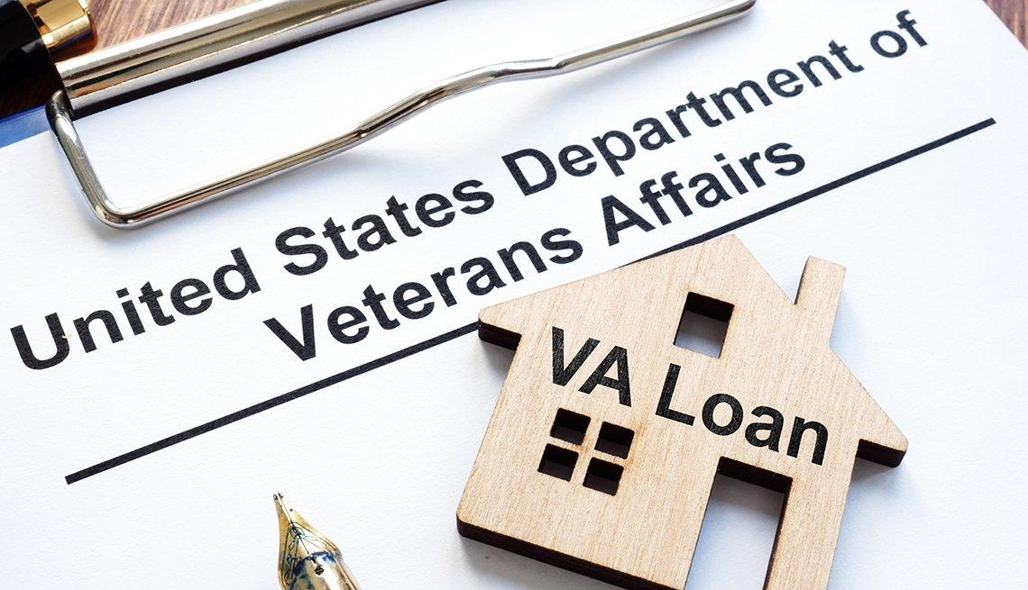 Documentos para un préstamo con llave en forma de casa