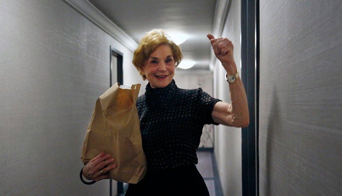 Carol Sterling, de 83 años, da el visto bueno tras haber recibido víveres que le llevaron a su casa