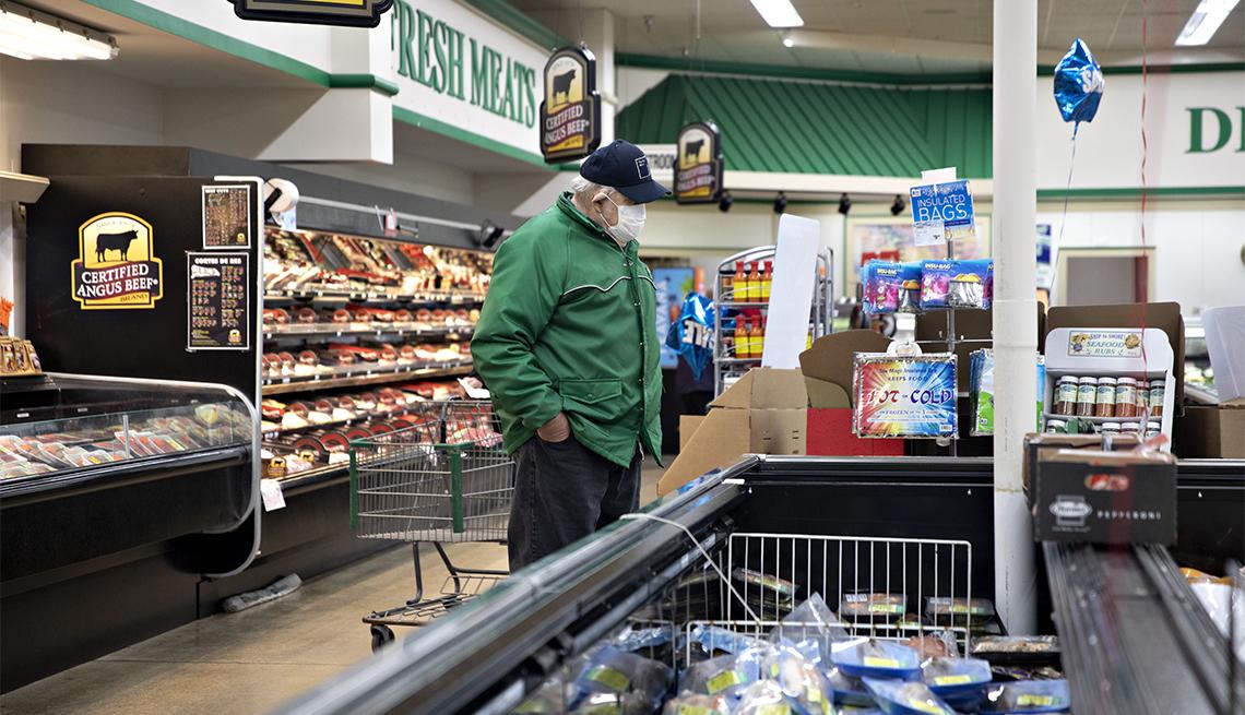 Un comprador en el departamento de carne en un supermercado