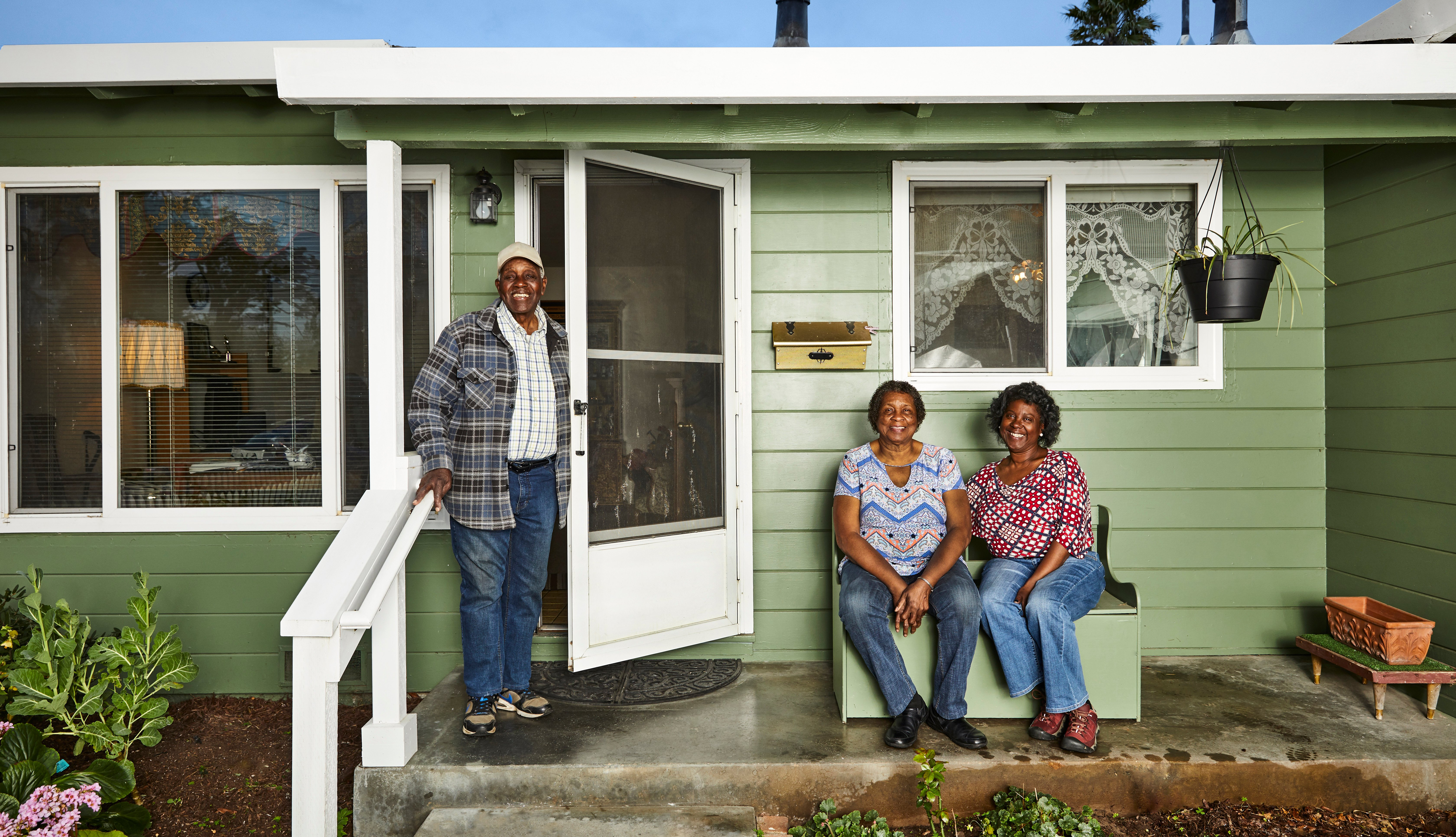 La familia Whitley, una pareja mayor con su hija adulta, en su casa en Santa Cruz, California.