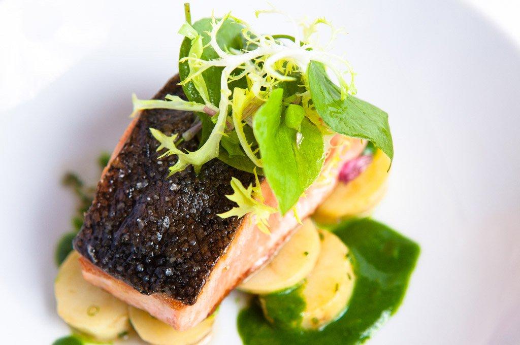 Filete de salmón en un plato con vegetales