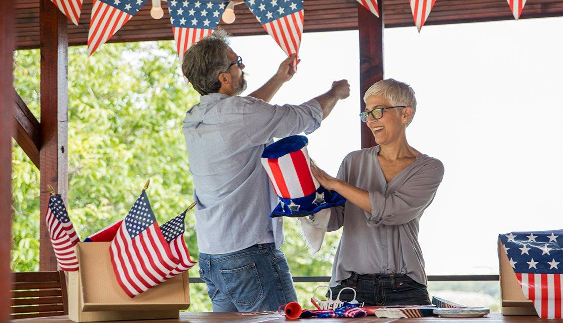 Una pareja decora la casa para celebrar el 4 de julio