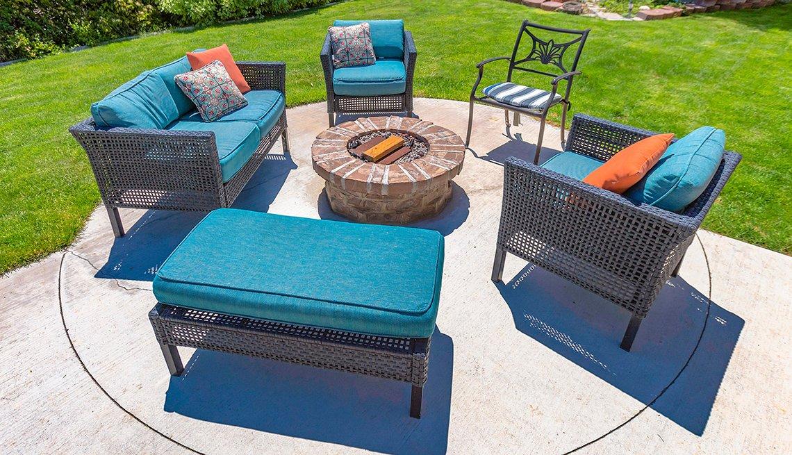 Fogata de jardín con sillas en un patio soleado