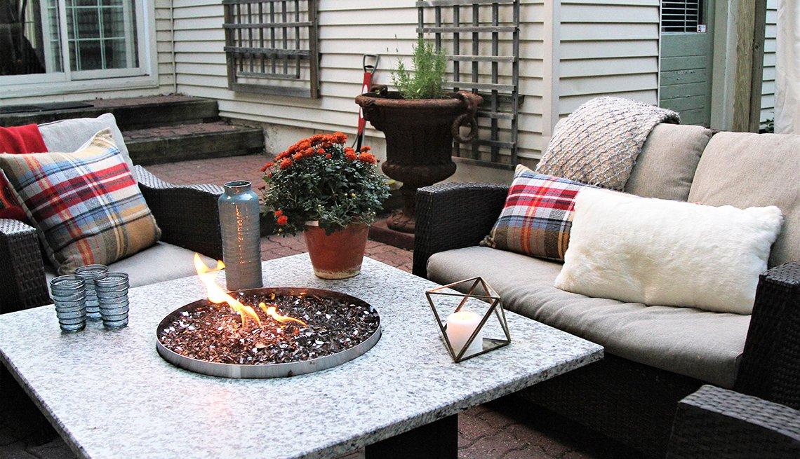 Fogata de jardín en un área de estar en el patio de una casa