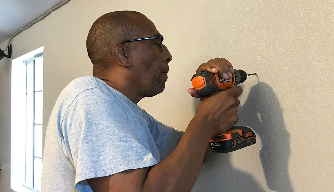 Theodis Scott taladrando una pared