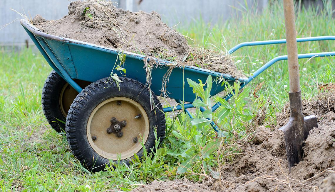 item 5 of Gallery image - Carretilla de dos ruedas llena de tierra