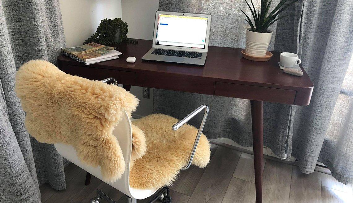 Silla decorativa de oficina en casa y un escritorio con una planta