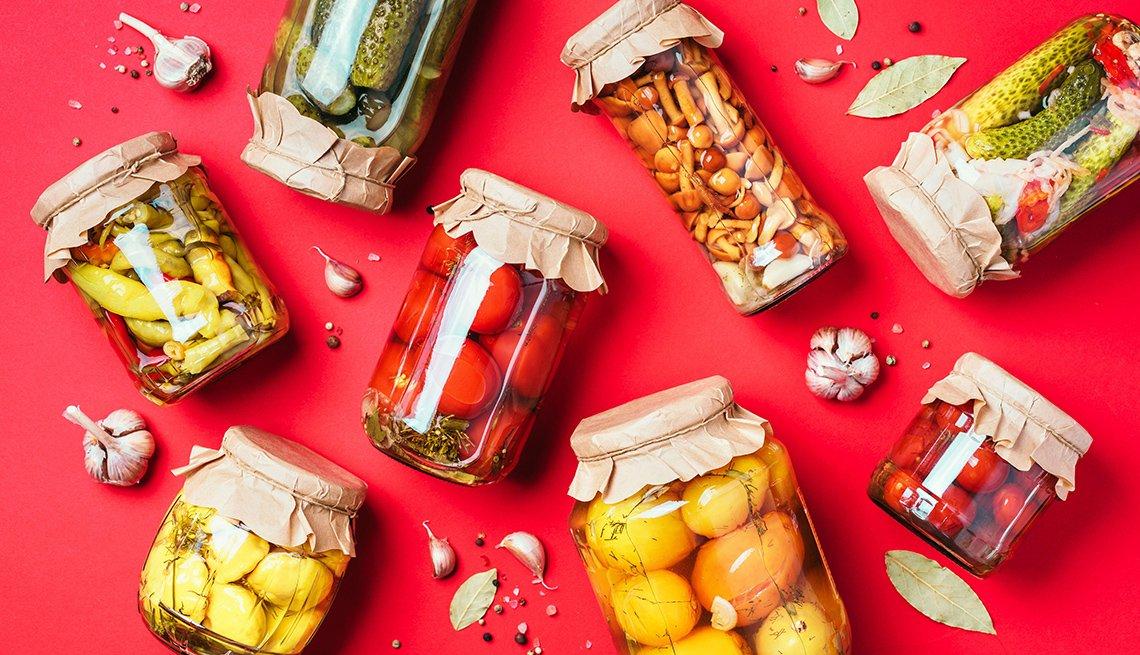 Pepino, calabaza y tomates encurtidos y en frascos de vidrio
