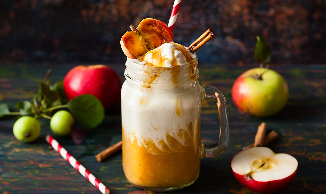 Postre flotante de manzana acaramelada