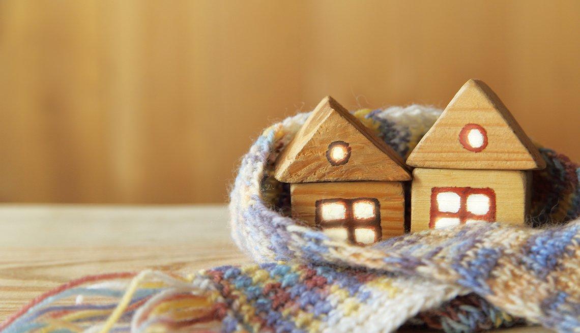 Dos pequeñas casas de madera con luz en las ventanas
