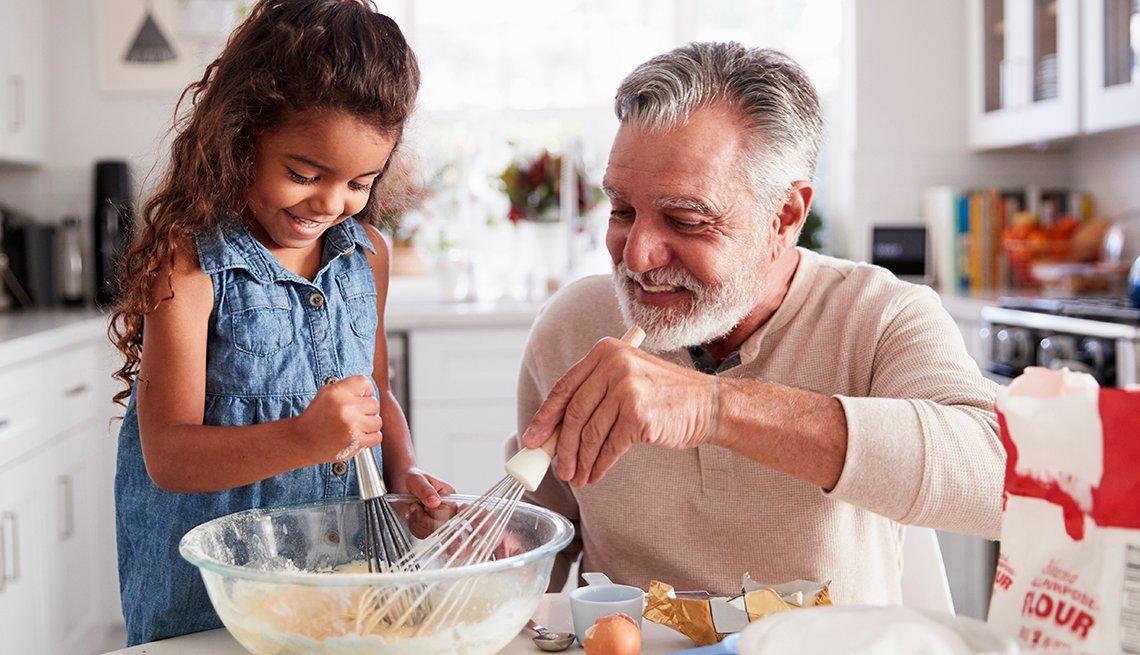 Abuelo prepara una receta con su nieta