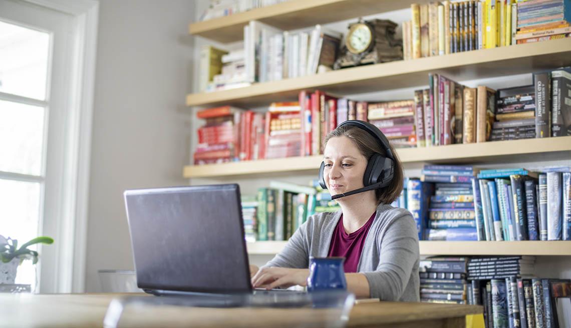 Una mujer trabaja en la computadora desde su casa