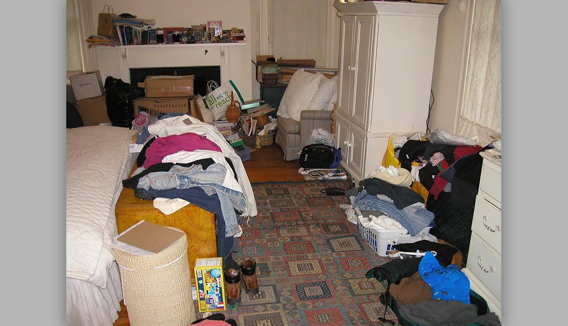 item 3 of Gallery image - Un dormitorio muy desordenado
