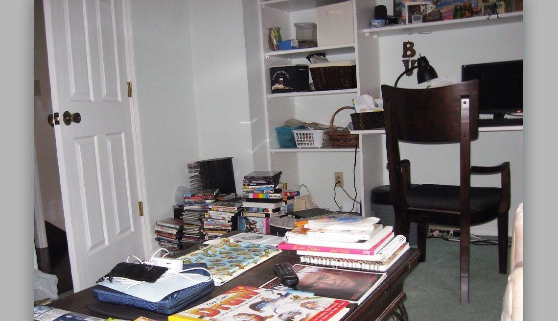 item 1 of Gallery image - Foto de una oficina desordenada