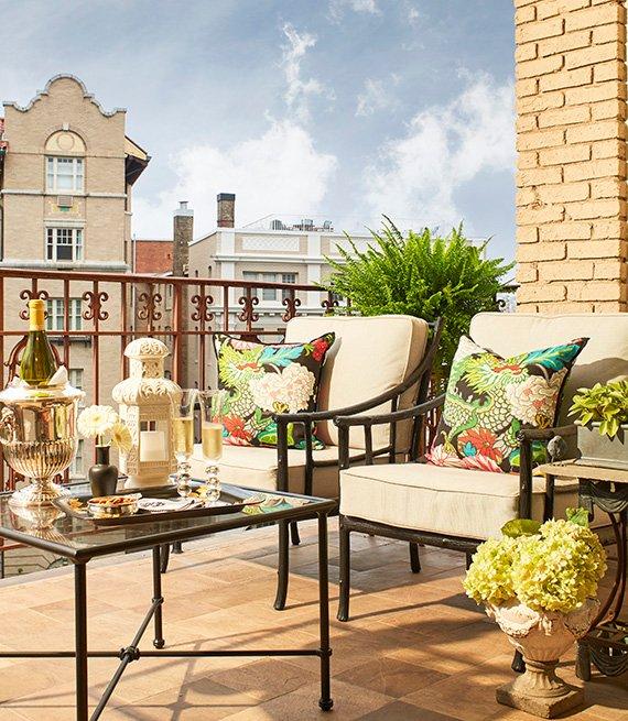 Foto de un balcón de Washington DC muestra una sala de patio