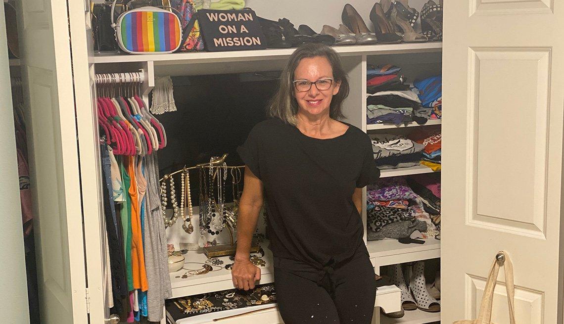 Kim Livengood parada frente a su closet