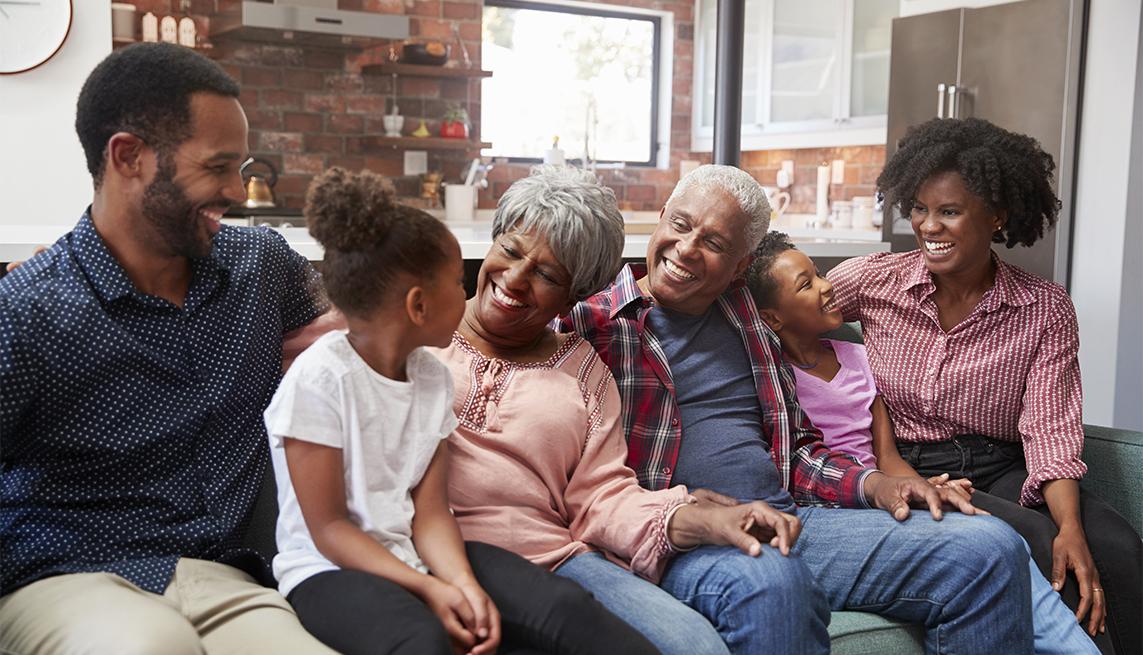 Familia de varias generaciones reunida en casa