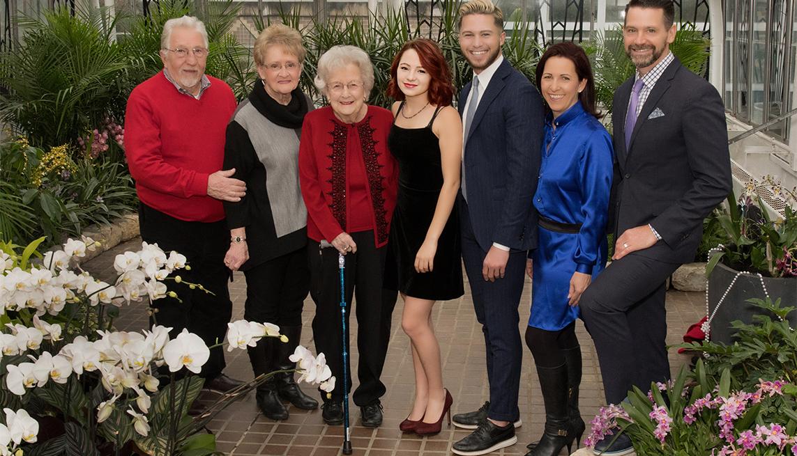 Lisa Cini (en azul) junto a su familia