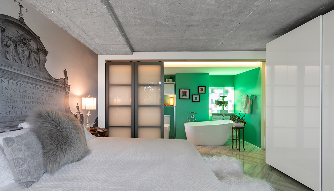 Dormitorio con un baño en el fondo