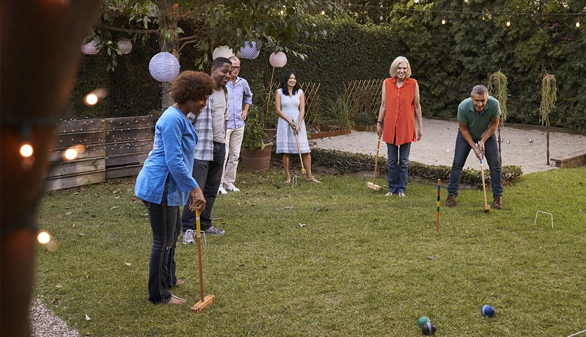 Amigos jugando croquet