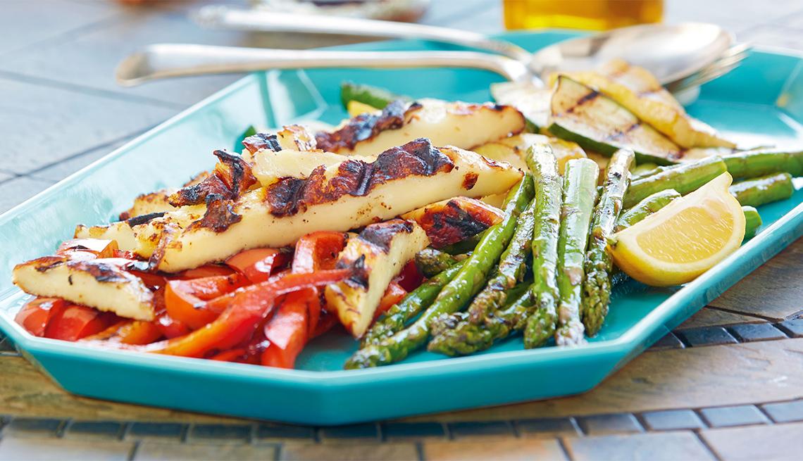 Bandeja de antipasto de verduras y juustoleipa