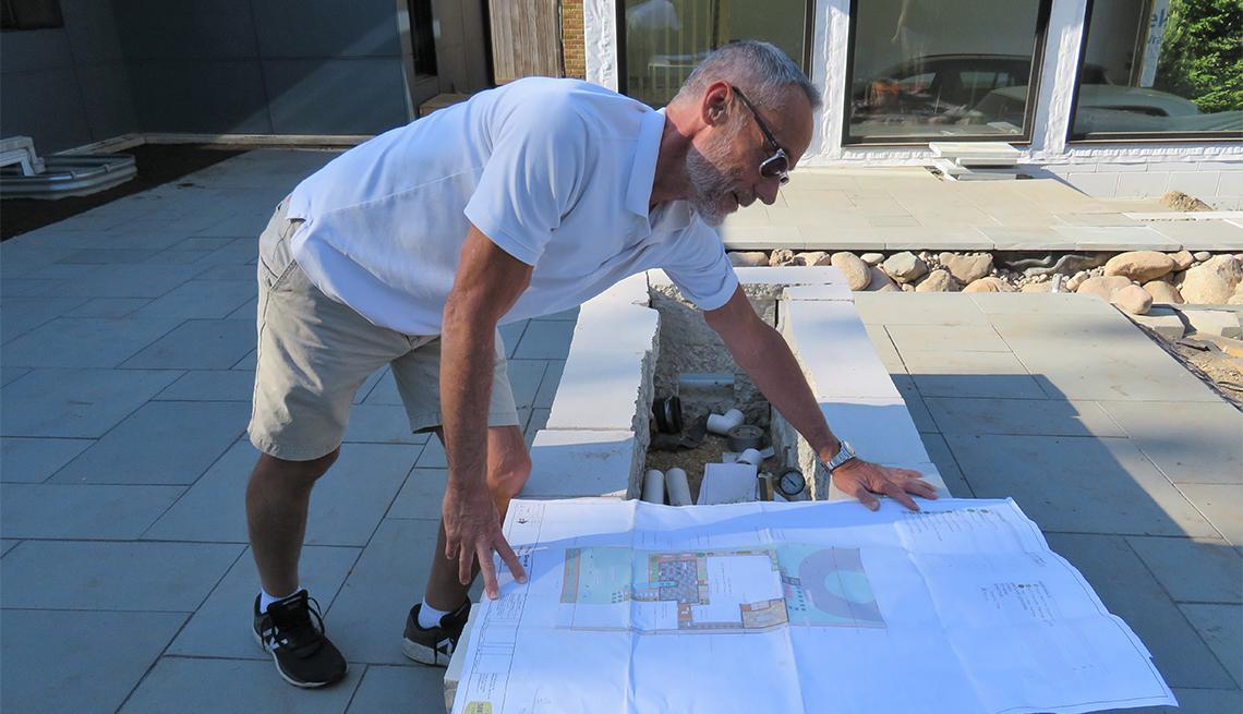 Hendrie Grant mira el plano de una piscina
