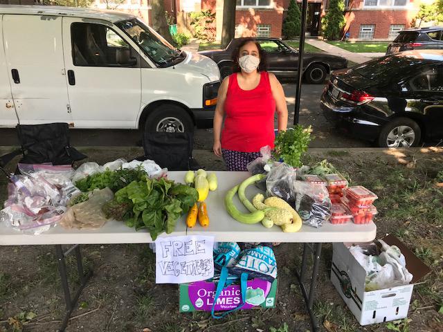 Mujer regala productos de su jardín