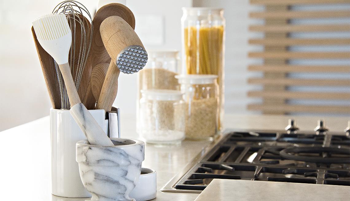 Utensilios de cocina junto a una estufa