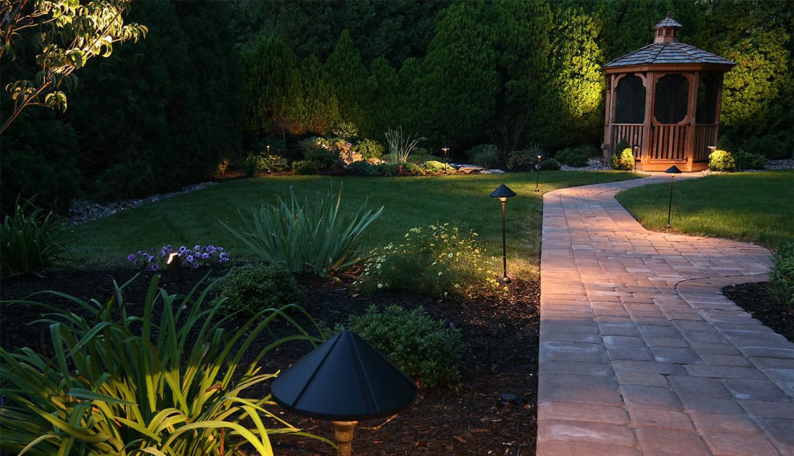 Jardín exterior con iluminación