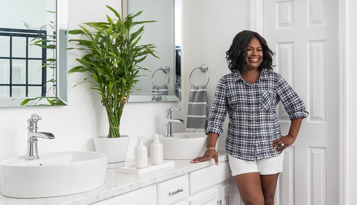 Retrato de Nikki Boyd en su baño renovado