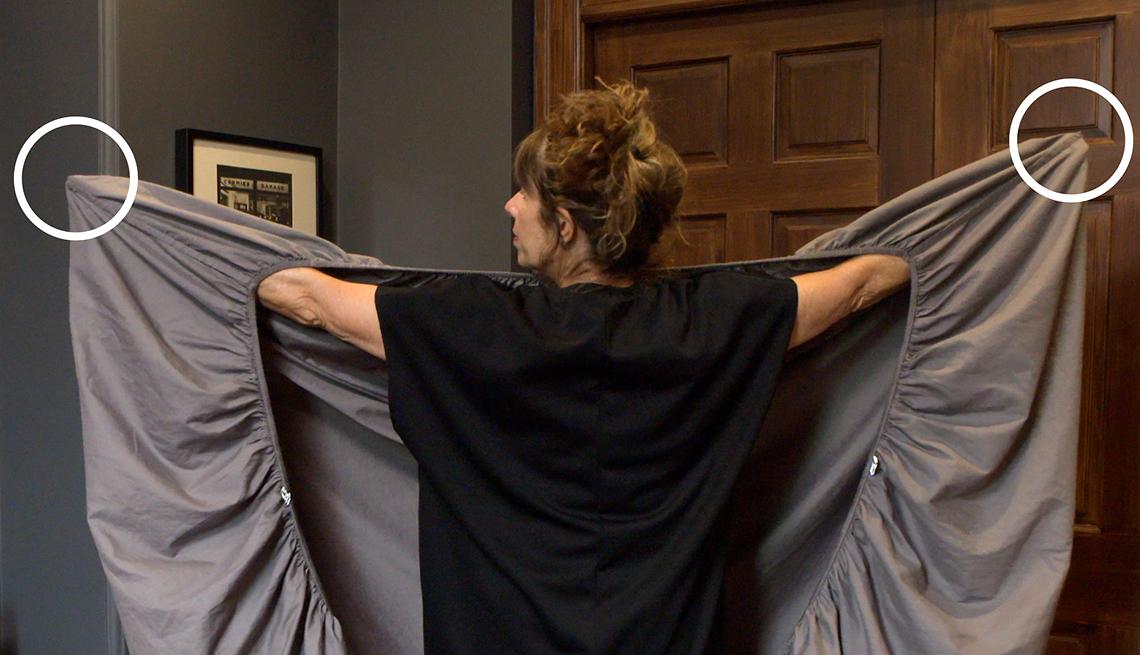 item 1 of Gallery image - Mujer sosteniendo una sábana ajustable con los brazos extendidos
