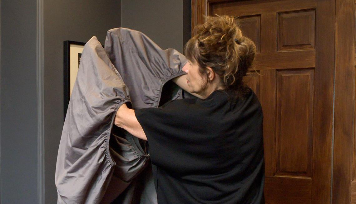 item 3 of Gallery image - Mujer con sus manos dentro de una sábana ajustable
