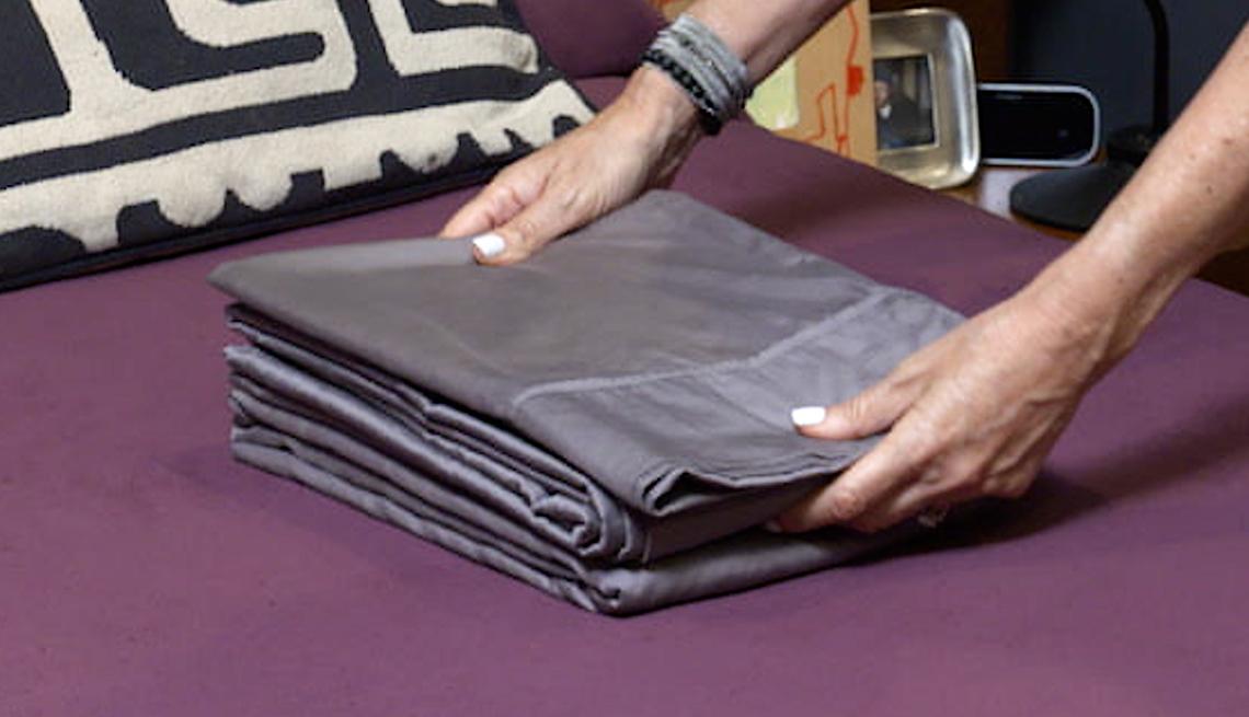 item 7 of Gallery image - Coloca las fundas de almohada y la sábana superior sobre la sábana ajustable doblada