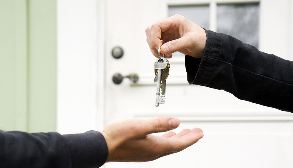 Persona le entrega las llaves de su casa a otra persona