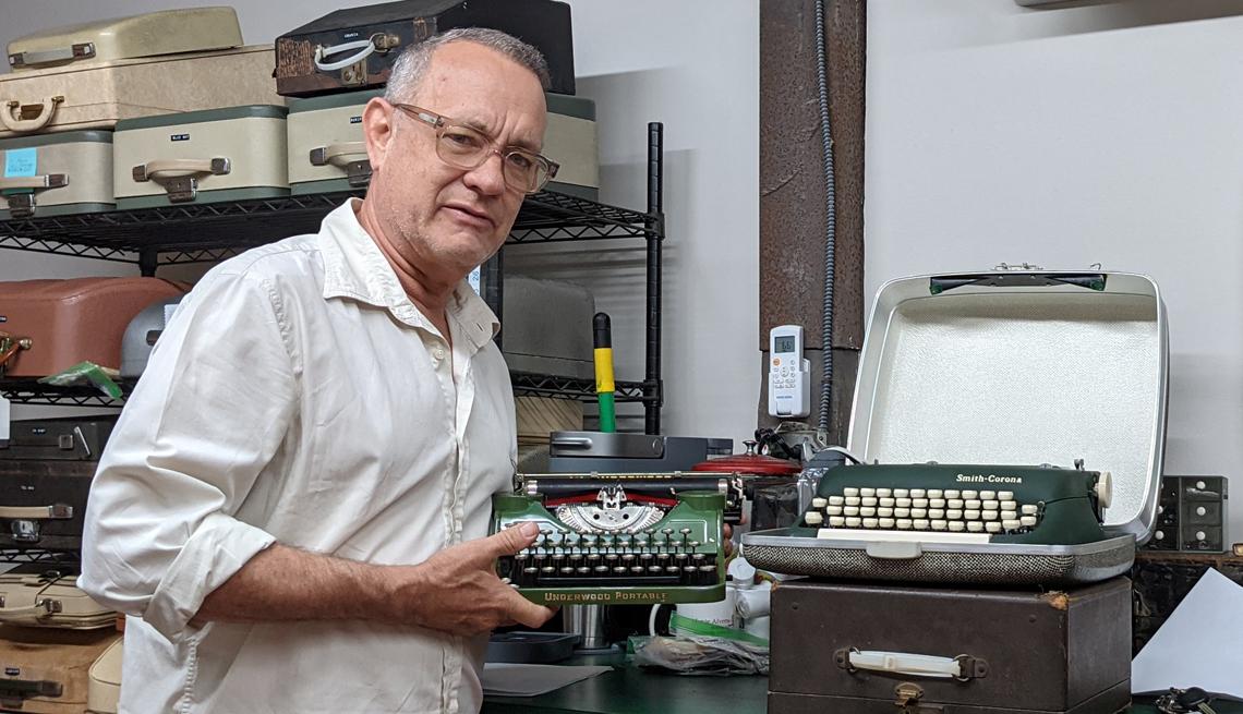 El actor Tom Hanks, visita una tienda de máquinas de escribir