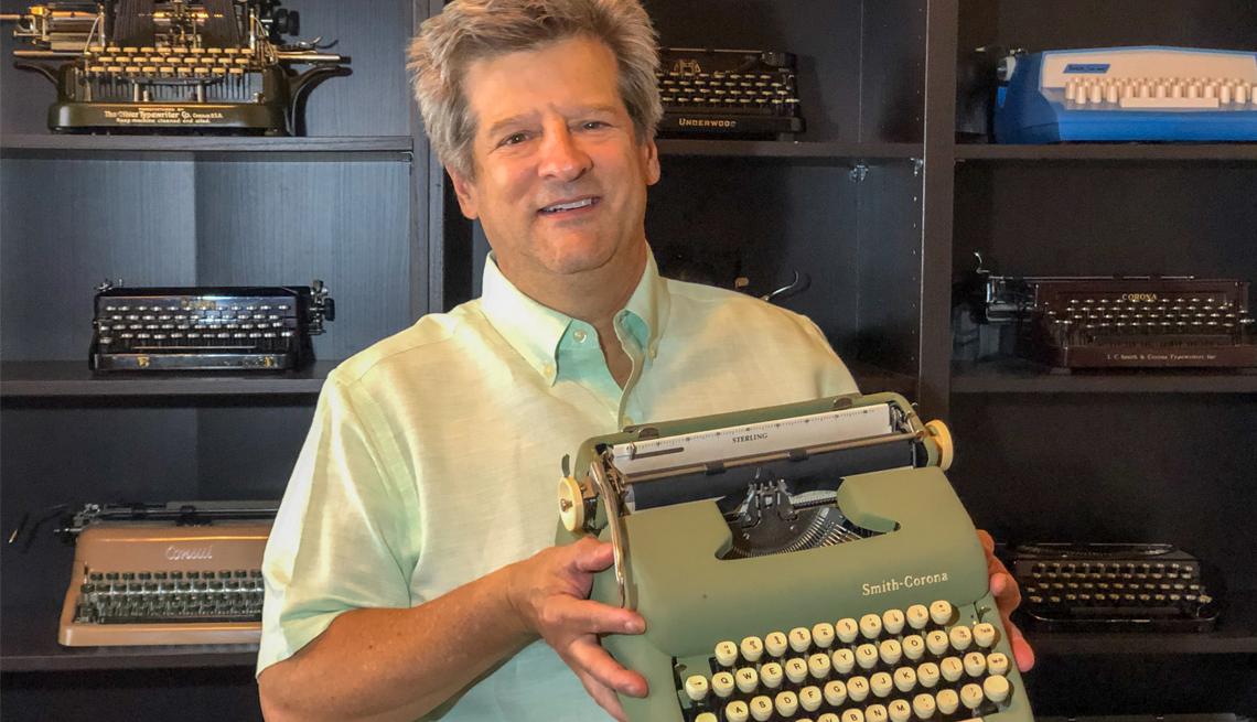 El coleccionista de máquinas de escribir Vinny Minchillo sostiene una de sus máquinas de colección