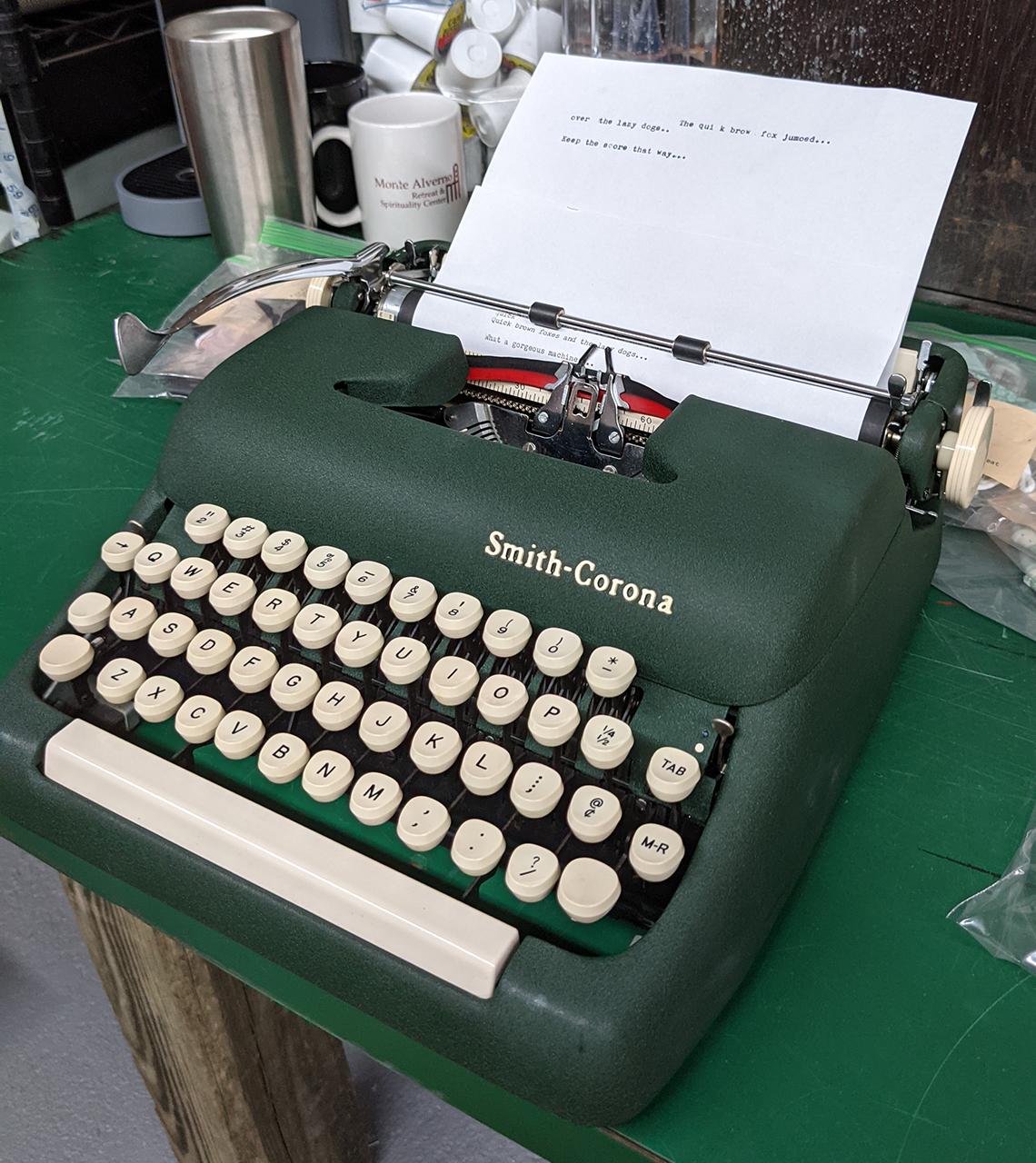 Máquina de escribir sobre una mesa