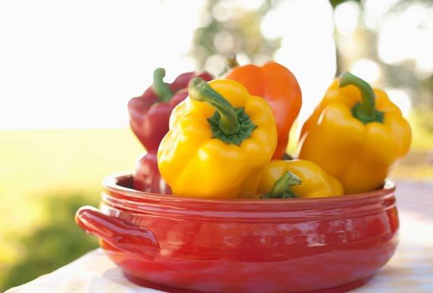Pimentones de colores, 10 Hierbas y verduras más fáciles de plantar en su jardín