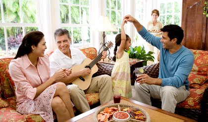 Familia compartiendo en la sala de la casa