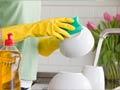 Limpie los gérmenes de su casa: Una mujer lavando la loza