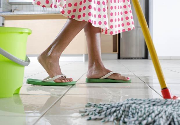 Mujer trapeando un piso - 10 ideas para arreglar su casa