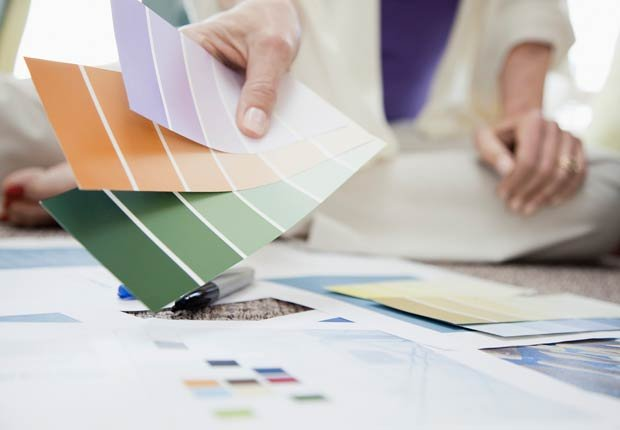 Mujer con unas muestras de colores en la mano - 10 ideas para arreglar su casa
