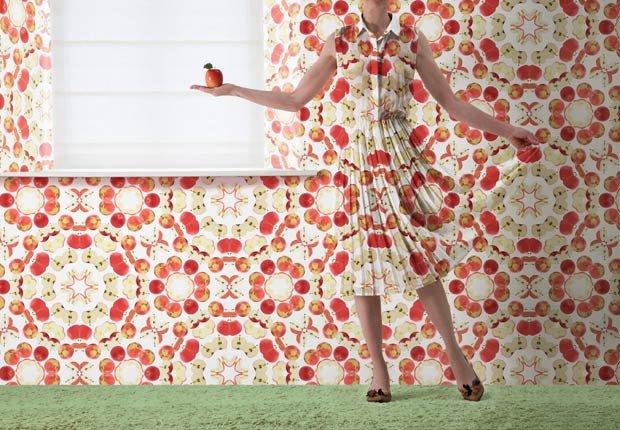 Una mujer con un vestido similar al papel de colgadura de la pared - 10 ideas para arreglar su casa