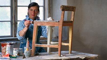 Una mujer renovando una vieja silla - 3 pasos para renovar sus muebles viejos